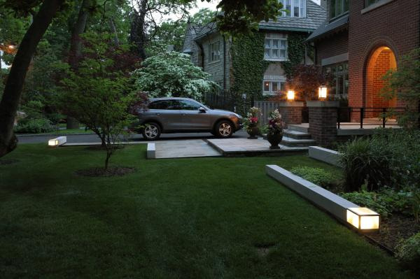 View of the front garden lights (photo: Peter Legris Photography)