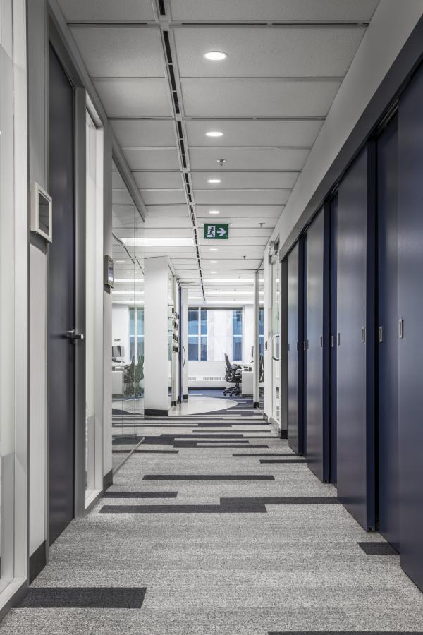 Hall with small meeting rooms (photo: Steven Evans Photography)